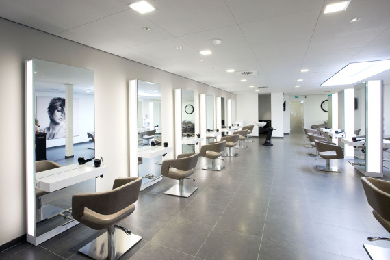 Winkelinrichtingen beautysalon kapsalon interieurspac for Kappers interieur